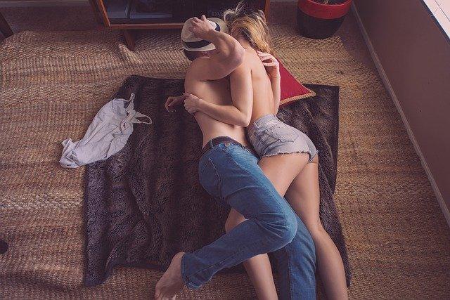 Pärchen, auf dem Boden, sich umarmend
