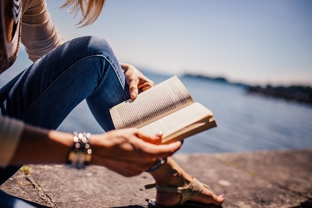 Frau die in einem Buch liest