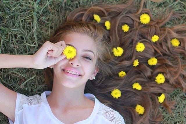 Mädchen geschmückt mit Blüten